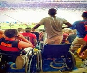 cadeirante-fica-de-pe-em-jogo-no-maracana-e-imagem-repercute-na-internet